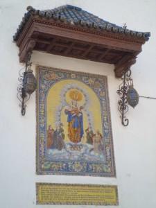 El azulejo de la Reina de Todos los Santos, en la fachada de Omnium Sanctorum